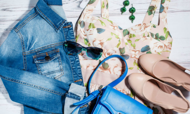 Jeansjacke kombinieren mit Sommerkleid und blauer Handtasche