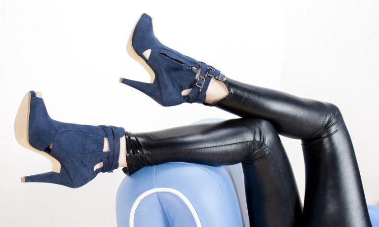 Frauenbeine mit schwarzer lederleggings