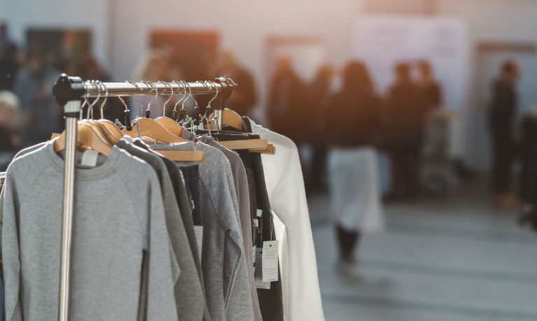 Modekollektion auf Kleiderstange