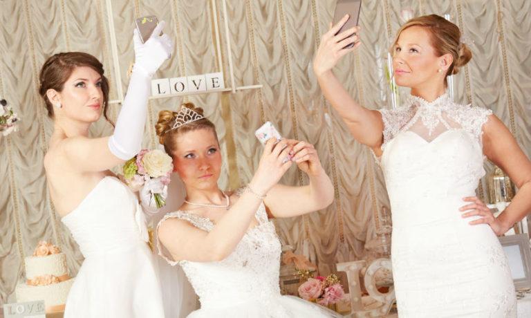 Hochzeit Kleidung no go - drei Bäute machen Selfies