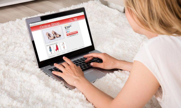 Frau mit Laptop beim Online Shopping