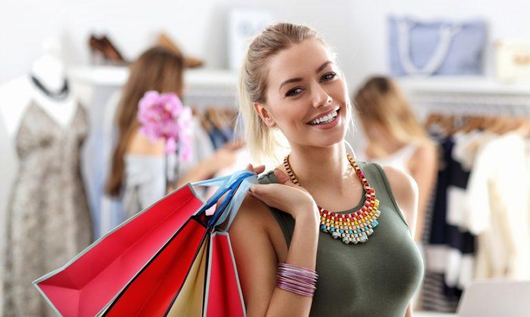 Junge Frau beim Shoppen