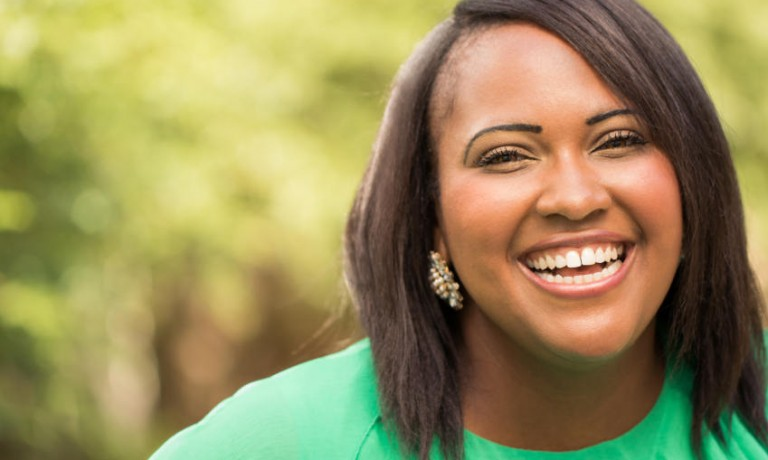Afrikanisch-amerikanische Plus Size Frau lacht draußen
