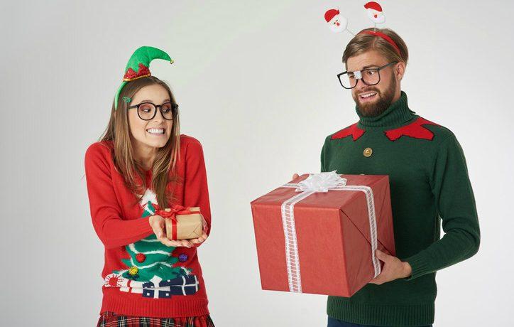 Mann und Frau tauschen Weihnachtsgeschenke